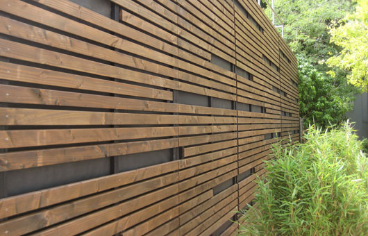 Sichtschutzwand und Bänke - Villani – Holz im Garten  Villani ...