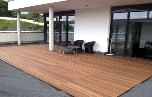 terrasse auf einem balkon villani holz im garten villani holz im garten. Black Bedroom Furniture Sets. Home Design Ideas