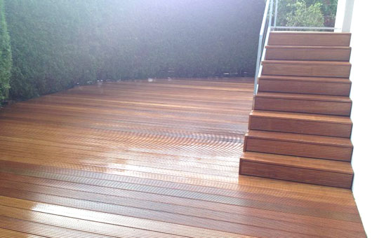 terrasse mit treppe villani holz im garten villani. Black Bedroom Furniture Sets. Home Design Ideas