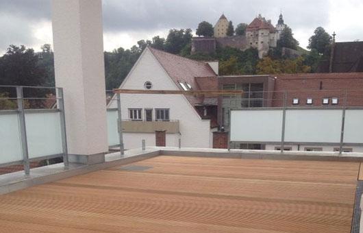 balkon mit blick aufs schloss villani holz im garten villani holz im garten. Black Bedroom Furniture Sets. Home Design Ideas