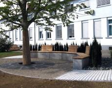 Steinbank mit Holzauflage aus Red Zeder