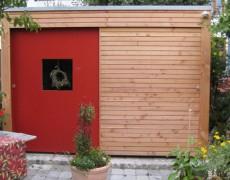 Gartenhaus mit roter Schiebetür